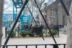 Oscillazioni vuote su un campo da giuoco di New York, un giorno piovoso fotografia stock libera da diritti