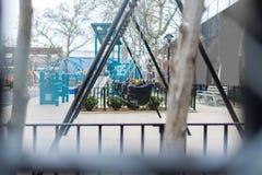 Oscillazioni vuote su un campo da giuoco di New York, un giorno piovoso fotografie stock libere da diritti