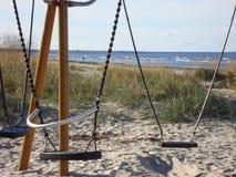 Oscillazioni vuote sulla spiaggia sabbiosa Autunno immagine stock libera da diritti