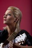 Oscillez le femme dans romantique en cuir noir avec la guitare Images stock