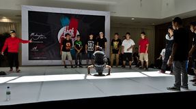 Oscillez-les bon bourrage international de Bboy photo stock