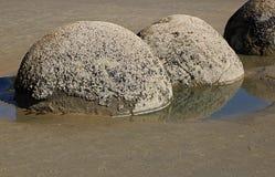 Oscilli i massi in acqua lungo il litorale fotografie stock