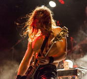 Oscilli il chitarrista che va selvaggio ad un concerto in tensione Fotografie Stock Libere da Diritti