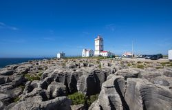 Oscilli il fondo di vista con il faro di capo Carvoeiro, Peniche, Portogallo fotografie stock libere da diritti