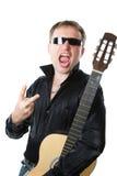 Oscilli il musicista, uomo in vetri con le grida della chitarra immagine stock libera da diritti