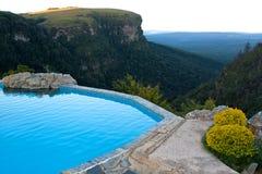 Oscilli il raggruppamento con una vista sopra una valle, Sudafrica Fotografia Stock