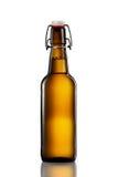 Oscilli la bottiglia superiore della birra leggera isolata su fondo bianco Immagine Stock Libera da Diritti