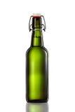 Oscilli la bottiglia superiore della birra leggera isolata su fondo bianco Fotografie Stock Libere da Diritti
