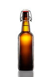 Oscilli la bottiglia superiore della birra leggera isolata su fondo bianco Fotografia Stock Libera da Diritti