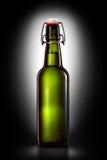 Oscilli la bottiglia superiore della birra leggera su fondo nero Immagini Stock