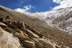 Oscilli la montagna ed il cielo blu sulla strada maestra a Chang La Pass Immagine Stock Libera da Diritti