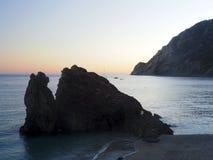 Oscilli la piccola località di soggiorno EUR di Monterosso Italia della spiaggia di outcropping dell'isola Fotografie Stock Libere da Diritti
