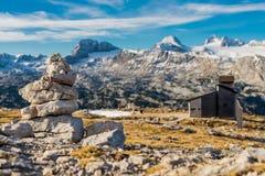 Oscilli la scultura in una montagna delle alpi un giorno soleggiato Immagine Stock