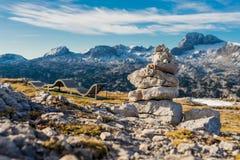 Oscilli la scultura in una montagna delle alpi un giorno soleggiato Fotografia Stock