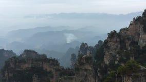 Oscilli le montagne al parco nazionale in Hunan, Cina di Zhangjiajie video d archivio