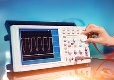 Oscilloscope électronique moderne sur le fond abstrait Photo libre de droits