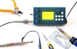 Oscilloscope moderne et outils de signal numérique d'isolement sur le fond blanc Photos stock