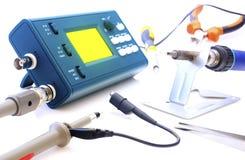 Oscilloscope moderne et outils de signal numérique d'isolement sur le fond blanc Image stock