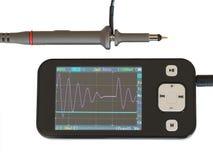 Oscilloscopio portatile tenuto in mano moderno Fotografie Stock Libere da Diritti
