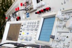 Osciloscópio análogo e digital no primeiro plano Imagem de Stock Royalty Free