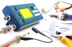 Osciloscópio moderno e ferramentas do sinal digital isolados no fundo branco imagens de stock royalty free