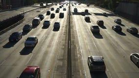 Oscuridad céntrica del tráfico de la hora punta del horizonte de la ciudad de Los Ángeles almacen de metraje de vídeo