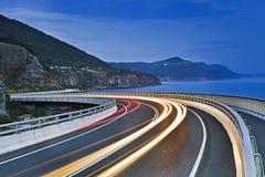 Oscuridad de Cliff Bridge Road Bends Lighs del mar Imagen de archivo