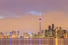 Oscuridad de la ciudad de Toronto sobre el lago con la luz colorida Imagen de archivo libre de regalías