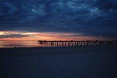 Oscuridad de la playa de la puesta del sol Imagenes de archivo