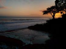 Oscuridad de Santa Cruz Sunset en la playa de la persona que practica surf Imagen de archivo libre de regalías