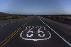 Oscuridad del desierto de Mojave en Route 66 imagen de archivo libre de regalías