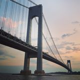 Oscuridad del puente de Verrazano en Nueva York Fotos de archivo libres de regalías