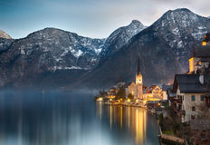 Oscuridad en el lago Hallstatt, Salzkammergut, montañas austríacas Fotografía de archivo libre de regalías