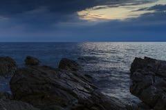 Oscuridad en el mar adriático en Croacia Foto de archivo
