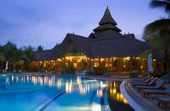 Oscuridad en el poolside de un hotel de lujo Imagen de archivo libre de regalías