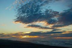 Oscuridad en la playa de Hokitika - costa oeste Imagenes de archivo