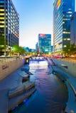 Oscuridad Seul céntrica del río de Cheonggyecheon Foto de archivo libre de regalías