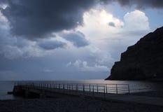 Oscuridad sobre el embarcadero de Machico en Madeira Imagenes de archivo