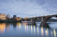 Oscuridad sobre el puente dominante Tiro de Georgetown en el Washington DC que mira hacia Rosslyn, Virginia imagenes de archivo