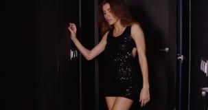 Oscuridad vestida elegancia sensual de AR de la mujer almacen de metraje de vídeo