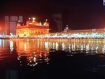 Oscurità del tempio dell'oro dell'acqua leggera immagini stock libere da diritti