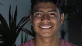 Oscurità teenager maschio ispana sorridente di notte video d archivio