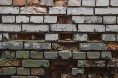 Oscurità in un vecchio muro di mattoni rovinato Immagine Stock