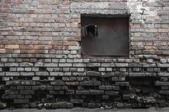 Oscurità in un vecchio muro di mattoni rovinato Fotografia Stock Libera da Diritti