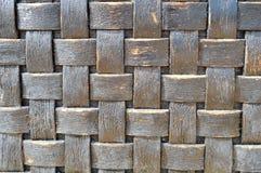 Oscuro - viejo viejo backgroun homogéneo decorativo volumétrico lamentable antiguo de mimbre de la textura a cuadros de madera co imágenes de archivo libres de regalías