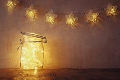 Oscuro y vintage filtró la imagen de luces de hadas en tarro de albañil con Foco selectivo Fotos de archivo