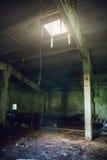 Oscuros grandes vacian el sitio abandonado del almacén con la ventana en el techo y se encienden de él Foto de archivo
