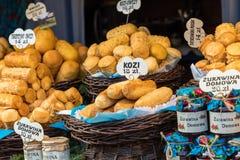 Oscypek fumé polonais traditionnel de fromage sur le marché de Noël dedans Image libre de droits