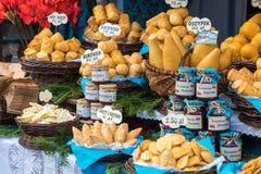 Oscypek fumé polonais traditionnel de fromage sur le marché de Noël dedans Photo libre de droits