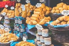 Oscypek fumé polonais traditionnel de fromage sur le marché de Noël dedans Photographie stock libre de droits